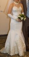 Красивое силуэтное свадебное платье ждёт счастливую невесту.