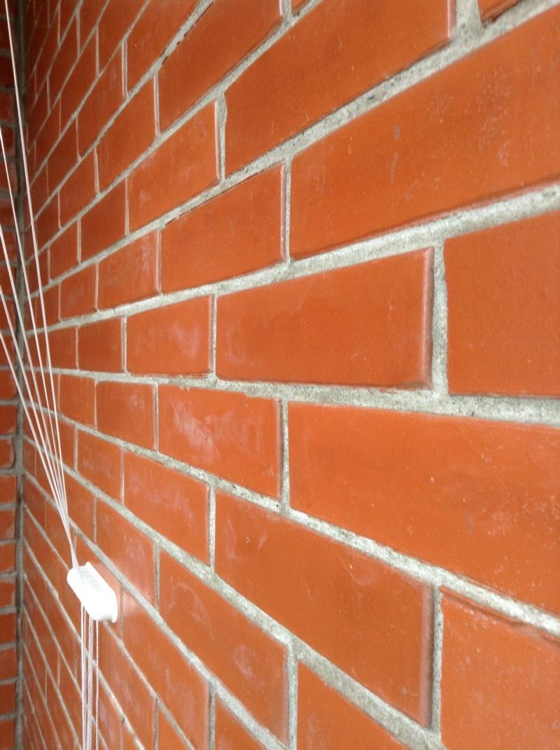 покрыть лаком кирпичную стену