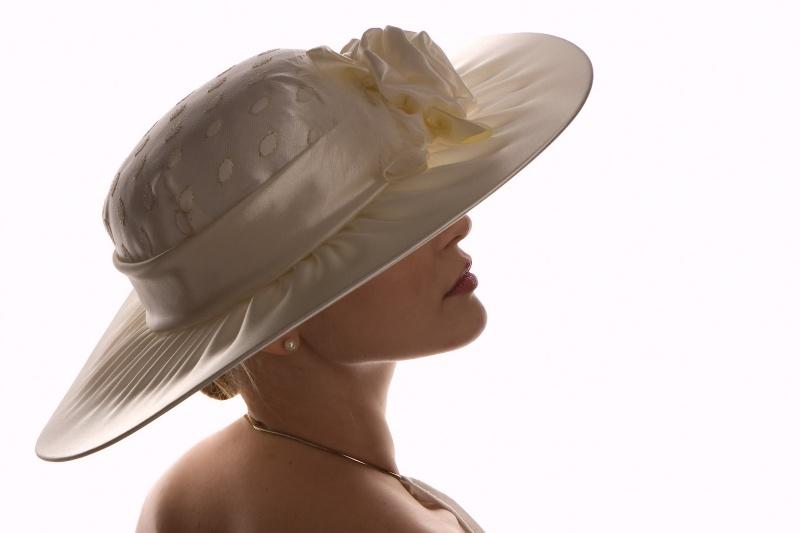 ...в такой шляпе магически притягивает к себе взгляды.  Готовая работа.