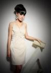 Прямое белое платье на лямках.