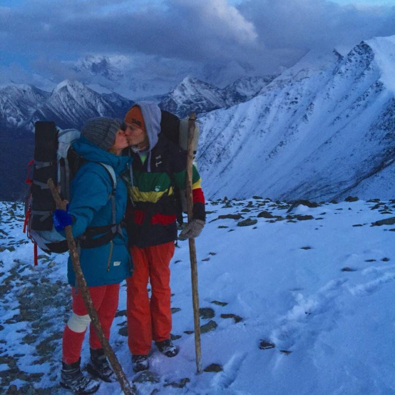 A туристы дураки-тянут в гору рюкзаки походные рюкзаки купить