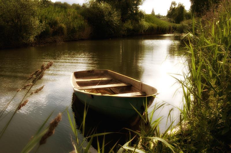 моем лодку на водоеме