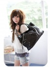 Большая черная сумка с подвесками-сердечками.