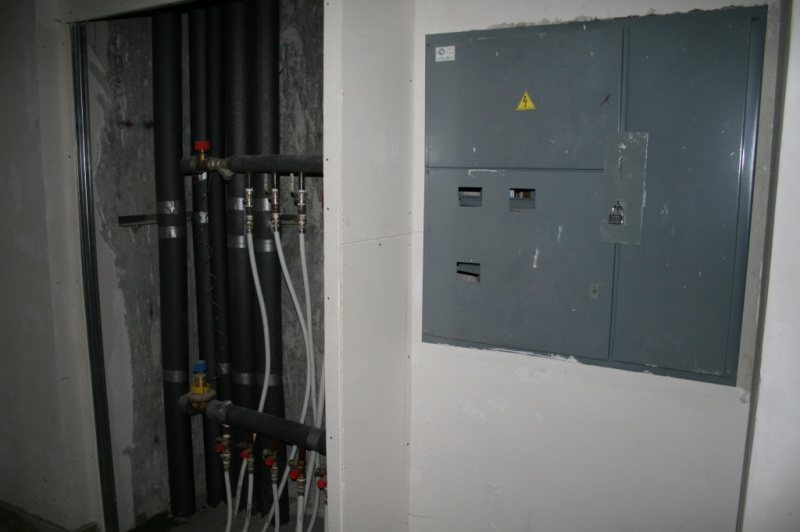 Подъезд: Щиток электрический (пустой внутри).  Зорге 275, 4-й подъезд, 6-й этаж, кв.N220.
