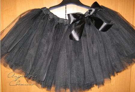 с сем надеть шерстяное платье с коротким рукавом и глубоким вырезом