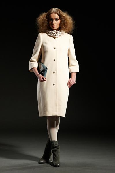 Белое пальто с войлочными шариками без утеплителя.