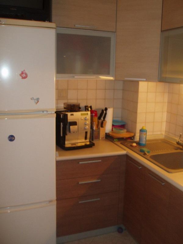 Холодильник в кухне типовой квартиры
