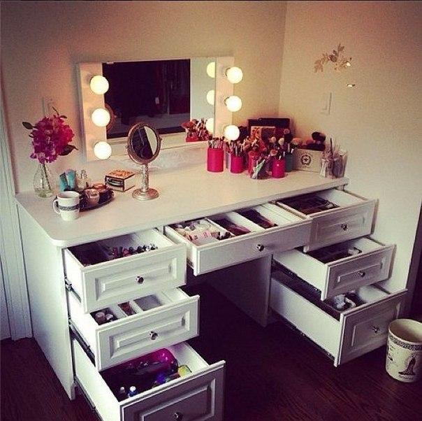 Столик с косметикой фото